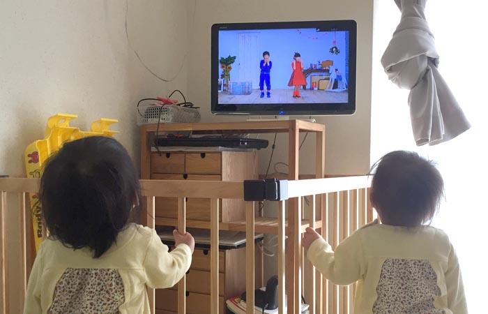 クロームキャストで動画を見る双子の様子
