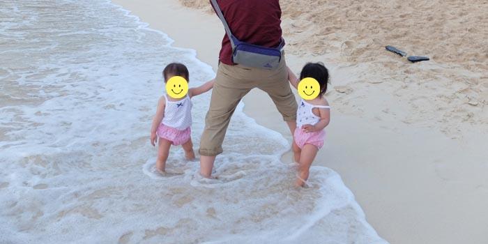 砂山ビーチで遊ぶ双子