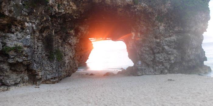 砂山ビーチ岩穴から見るサンセット