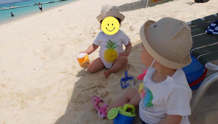 与那覇前浜ビーチで砂遊びをする双子