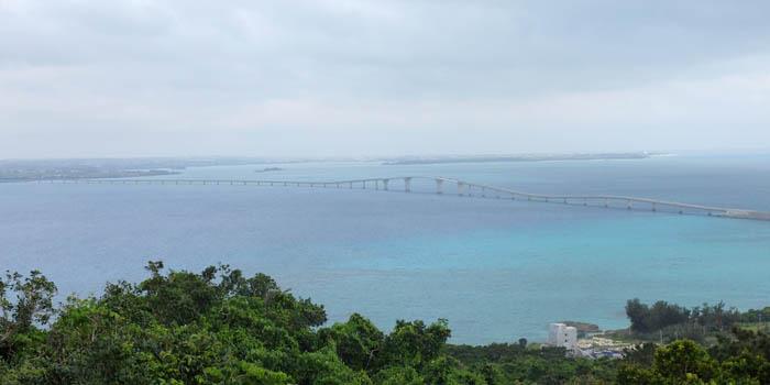牧山展望台から伊良部大橋を一望できる