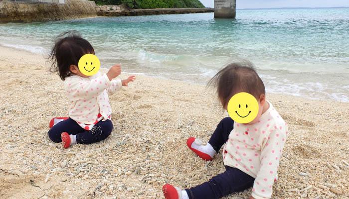 長山の浜で遊ぶ双子