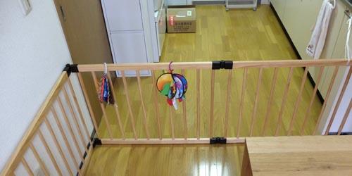 ベビーサークルを子供がキッチンに行かないようにするためのベビーゲートとして使う