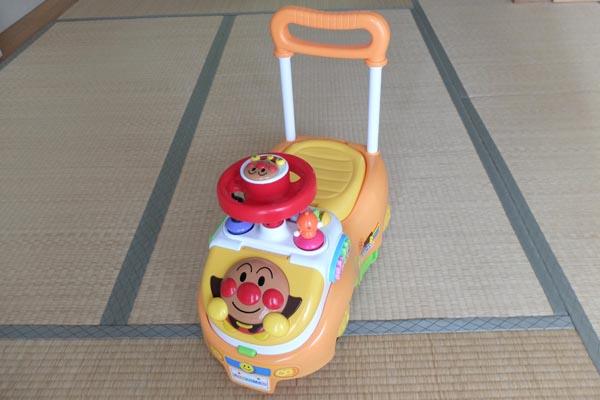 双子1歳への誕生日プレゼント「アンパンマンのよくばりビジーカー」