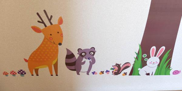 ウォールステッカー:木の根元には、鹿やたぬき、りす、うさぎなどの動物がいる
