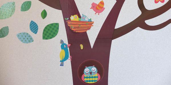 ウォールステッカー:木の上にはいろんな色の鳥がいる