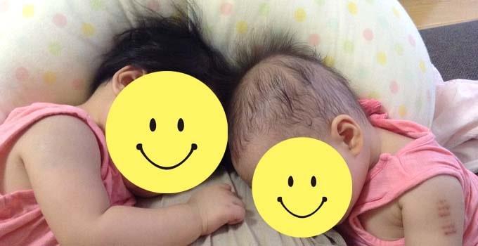 タンデム授乳後に、授乳クッションの上で眠る双子
